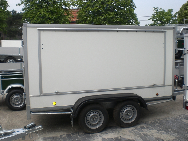 Gesloten aanhangwagen , dubbel as, L=3000mm, B=1250mm x H=1500mm, enkel as, ongeremd, panelen van Fins berkhout, kleur wit. Deur 15mm dik, prijs € 2010,00 ex btw