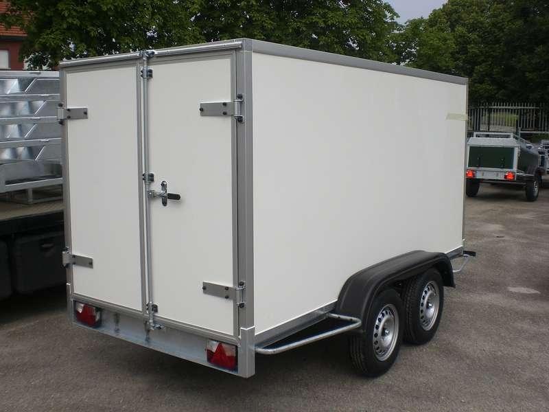 Gesloten aanhangwagen, dubbel as, L=2520mm, B=1500mm x H=1500mm, enkel as, ongeremd, panelen van Fins berkhout, kleur wit. Deur 15mm dik, prijs € 1950,00 ex btw
