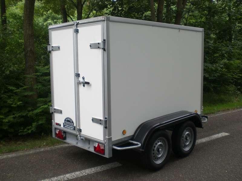 Gesloten aanhangwagen, dubbel as, L=2520mm, B=1250mm x H=1500mm, enkel as, ongeremd, panelen van Fins berkhout, kleur wit. Deur 15mm dik, prijs € 1848,00 ex btw