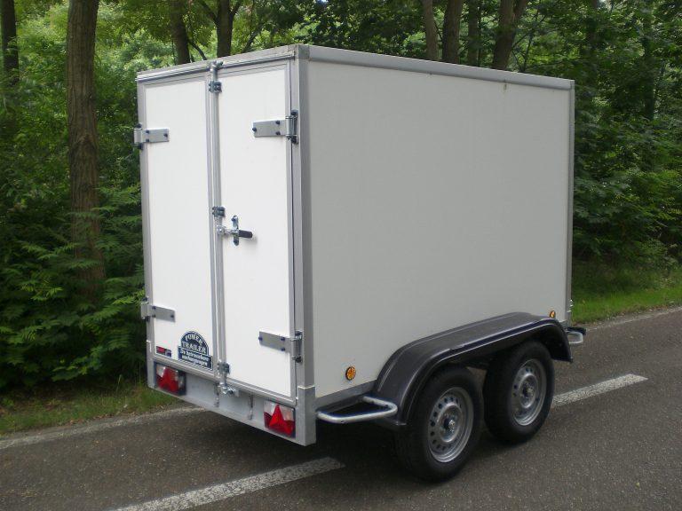 Gesloten aanhangwagen , dubbel as, L=3000mm, B=1500mm x H=1500mm, dubbel as, ongeremd, panelen van Fins berkhout, kleur wit. Deur 15mm dik, prijs € 2040,00 ex btw